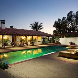 ロサンゼルスの大きい長方形地中海スタイルのおしゃれな裏庭プール (コンクリート板舗装) の写真