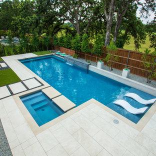 Идея дизайна: прямоугольный бассейн среднего размера на заднем дворе в стиле модернизм с фонтаном и настилом