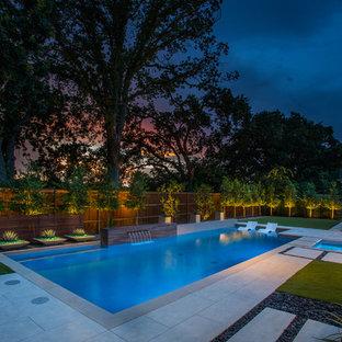 Imagen de piscina con fuente contemporánea, de tamaño medio, rectangular, en patio trasero, con entablado