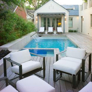 Modelo de piscina con fuente clásica renovada, pequeña, rectangular, en patio trasero, con entablado