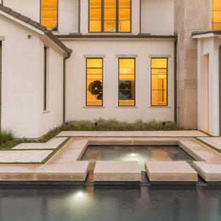 Неиссякаемый источник вдохновения для домашнего уюта: большой естественный, прямоугольный бассейн на заднем дворе в средиземноморском стиле с джакузи