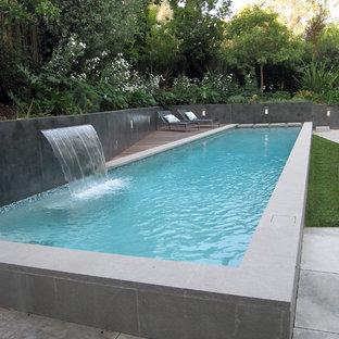Esempio di una piscina minimalista con pedane