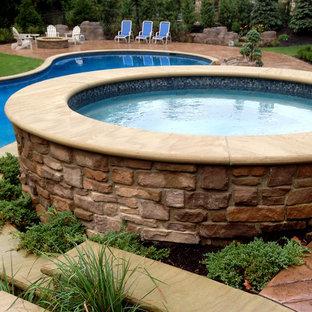 Diseño de piscinas y jacuzzis naturales, rurales, grandes, a medida, en patio trasero, con adoquines de hormigón