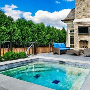 Diseño de piscinas y jacuzzis clásicos, de tamaño medio, rectangulares, en patio trasero, con suelo de baldosas