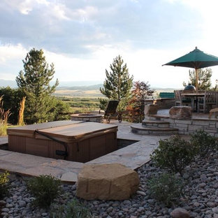 Modelo de piscinas y jacuzzis tradicionales, de tamaño medio, en patio trasero, con gravilla