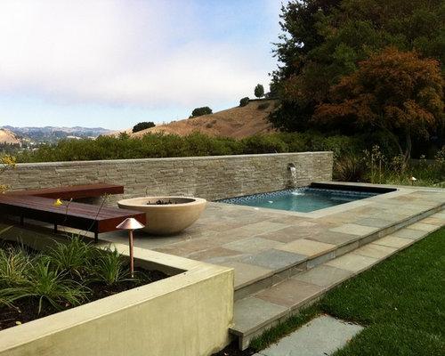 Piscine moderne avec des pav s en pierre naturelle for Piscine minimaliste