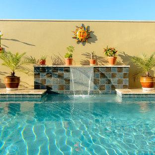 Ejemplo de piscinas y jacuzzis alargados, actuales, grandes, rectangulares, en patio trasero