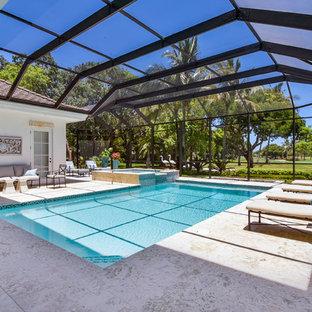 マイアミの巨大な長方形トランジショナルスタイルのおしゃれなプール (タイル敷き) の写真