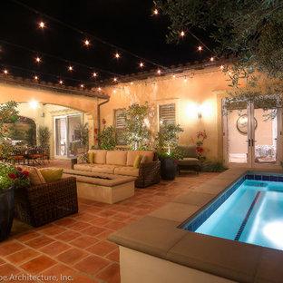 Diseño de piscinas y jacuzzis mediterráneos, pequeños, rectangulares, en patio, con adoquines de hormigón
