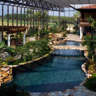 タンパのオーダーメイド地中海スタイルのおしゃれな屋内プールの写真