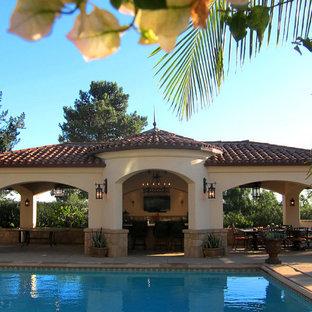 Esempio di una piscina mediterranea rettangolare di medie dimensioni e dietro casa con una dépendance a bordo piscina e cemento stampato