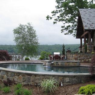 Modelo de piscinas y jacuzzis naturales, de estilo americano, grandes, redondeados, en patio trasero, con entablado
