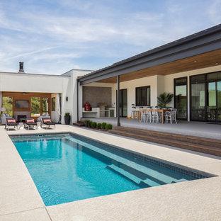 Ispirazione per una piscina monocorsia minimal rettangolare di medie dimensioni e dietro casa con una dépendance a bordo piscina e cemento stampato