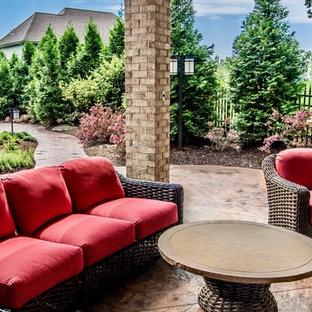 Diseño de casa de la piscina y piscina natural, tradicional, de tamaño medio, tipo riñón, en patio lateral, con suelo de hormigón estampado