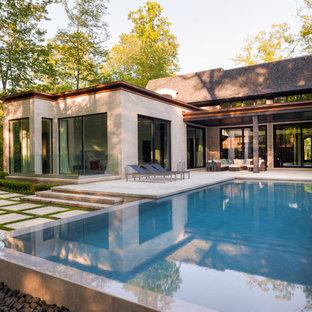 Großer Moderner Infinity-Pool hinter dem Haus in rechteckiger Form mit Wasserspiel und Natursteinplatten in Toronto