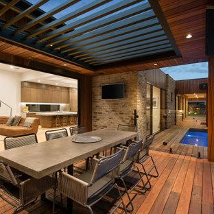 Modelo de piscina natural, moderna, pequeña, rectangular, en patio lateral, con entablado