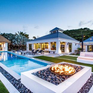 Imagen de piscina alargada, exótica, extra grande, rectangular, en patio trasero