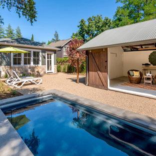 Ejemplo de casa de la piscina y piscina de estilo de casa de campo, rectangular, con gravilla