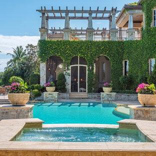 Свежая идея для дизайна: естественный бассейн на заднем дворе в средиземноморском стиле с джакузи - отличное фото интерьера