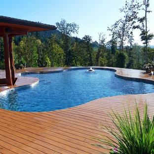 Foto di una piscina fuori terra rustica personalizzata di medie dimensioni e dietro casa con fontane e pedane