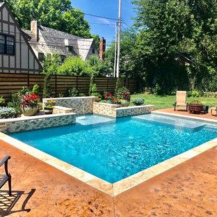 Ejemplo de piscina alargada, contemporánea, rectangular, en patio trasero, con losas de hormigón