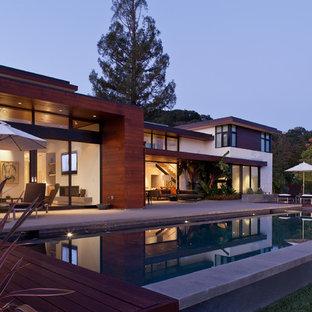 Großer Moderner Pool hinter dem Haus in rechteckiger Form in San Francisco