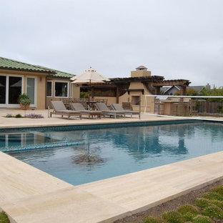 Foto de piscinas y jacuzzis mediterráneos, grandes, rectangulares, en patio trasero, con suelo de baldosas
