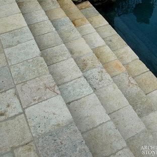 Foto de casa de la piscina y piscina mediterránea, de tamaño medio, rectangular, en patio trasero, con adoquines de piedra natural