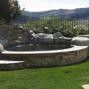 Ejemplo de piscinas y jacuzzis mediterráneos, de tamaño medio, redondeados, en patio trasero, con adoquines de piedra natural