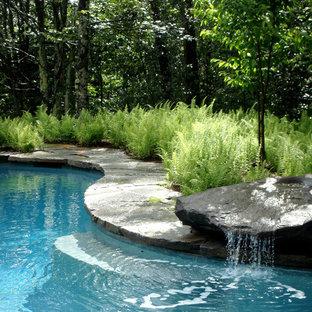 Klassischer Pool in individueller Form mit Wasserspiel in Burlington