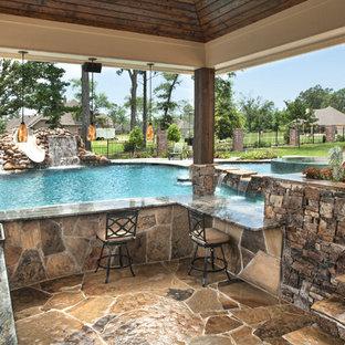 Modelo de piscinas y jacuzzis naturales, tropicales, grandes, a medida, en patio trasero, con losas de hormigón