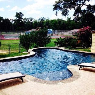 Imagen de piscina infinita, clásica, pequeña, a medida, en patio trasero, con adoquines de hormigón