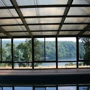 Imagen de piscina alargada, contemporánea, grande, rectangular y interior, con losas de hormigón