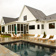 Farmhouse Pool by F5 Design/Architecture Inc.