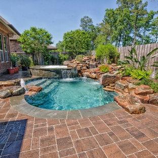Modelo de piscinas y jacuzzis naturales, tradicionales renovados, a medida, en patio trasero