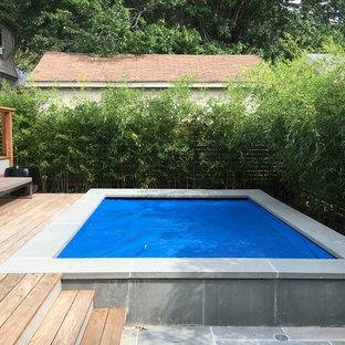 Diseño de casa de la piscina y piscina elevada, minimalista, grande, a medida, en patio trasero, con entablado