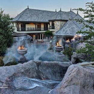 Imagen de piscina con tobogán natural, retro, grande, redondeada, en patio trasero