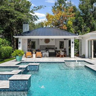 Ispirazione per una piscina stile marinaro personalizzata dietro casa con una vasca idromassaggio