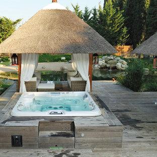Diseño de piscinas y jacuzzis tradicionales, en patio trasero, con entablado
