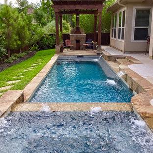 Imagen de piscinas y jacuzzis alargados, tradicionales, de tamaño medio, rectangulares, en patio trasero, con adoquines de piedra natural