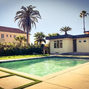 Imagen de piscina alargada, de estilo zen, grande, rectangular, en patio trasero, con losas de hormigón