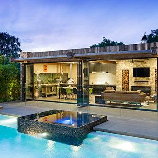 Idée de décoration pour une piscine design.