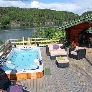 Esempio di una piscina fuori terra country rettangolare di medie dimensioni e dietro casa con una vasca idromassaggio e pedane