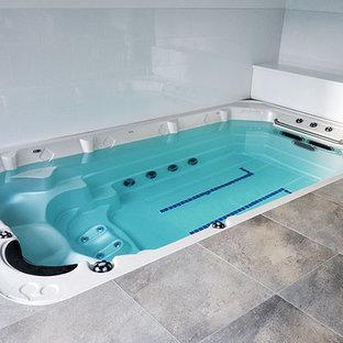 Ejemplo de piscinas y jacuzzis clásicos renovados, de tamaño medio, rectangulares, en patio trasero, con entablado