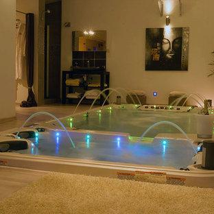 Aménagement d'une piscine arrière asiatique de taille moyenne et rectangle avec un bain bouillonnant et du carrelage.
