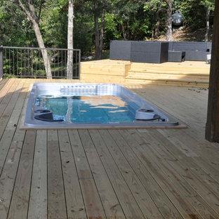 Ispirazione per una piccola piscina rustica rettangolare dietro casa con una vasca idromassaggio e pedane