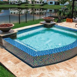 Diseño de piscinas y jacuzzis elevados, modernos, pequeños, a medida, en patio trasero, con adoquines de piedra natural