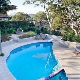 Modelo de piscinas y jacuzzis actuales, tipo riñón, en patio trasero
