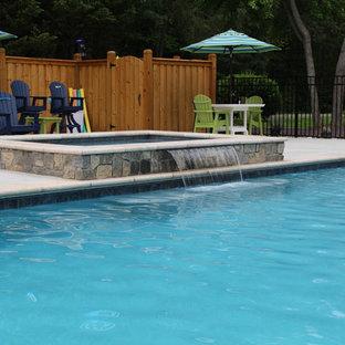 Ispirazione per una piscina naturale classica rettangolare di medie dimensioni e davanti casa con un acquascivolo e pedane