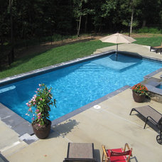 Traditional Pool by THE POOL COMPANY CONSTRUCTION